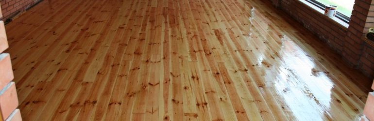 Wooden floor: painting or varnishing