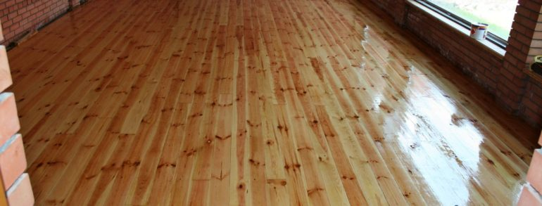 Wooden floor: painting or varnishing