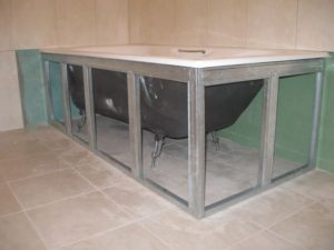 Screen for a bath of plasterboard