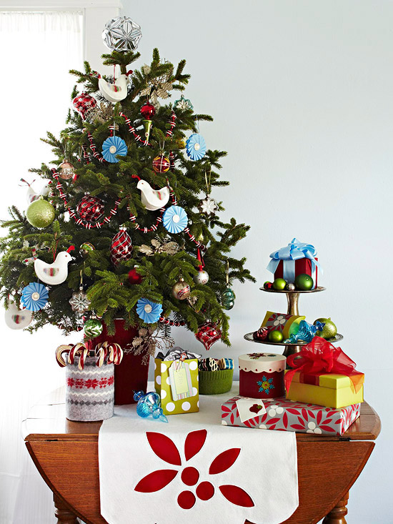 Decorate the table with the Christmas tree